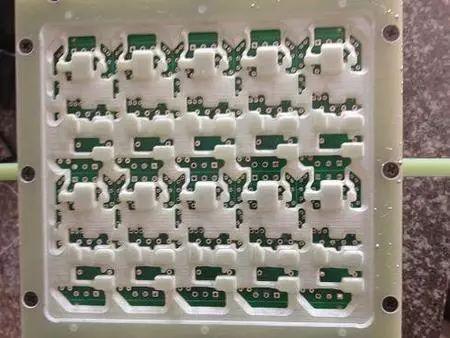 治具放入已贴片PCB电路板的底面